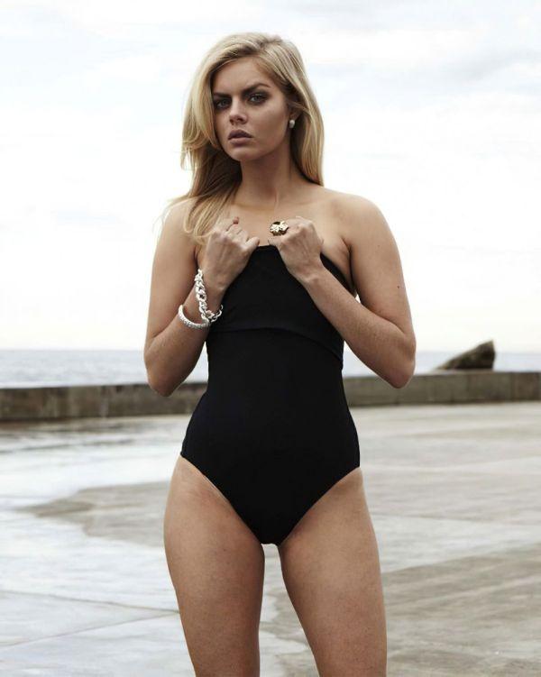 Samara Weaving hot half-nude pics