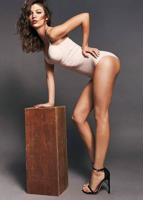 Úrsula Corberó hottest bikini half-nude photos-4