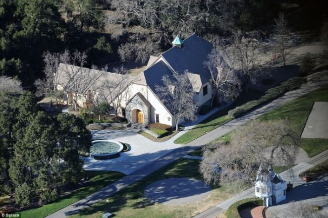 Here's abandoned Neverland ranch recent photos -12
