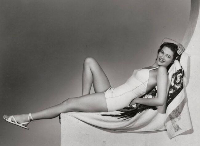 43 Hot Half Nude Photos of Yvonne De Carlo - Music Raiser